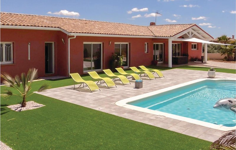 Awesome home in Creissan with WiFi, Outdoor swimming pool and Heated swimming po, holiday rental in Cebazan