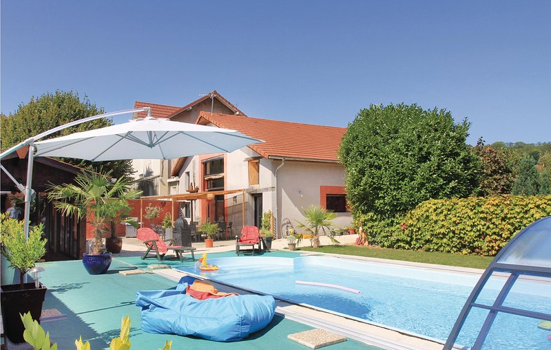 Awesome home in Saint Jean de Moirans with 4 Bedrooms (FRI004), holiday rental in Veurey-Voroize