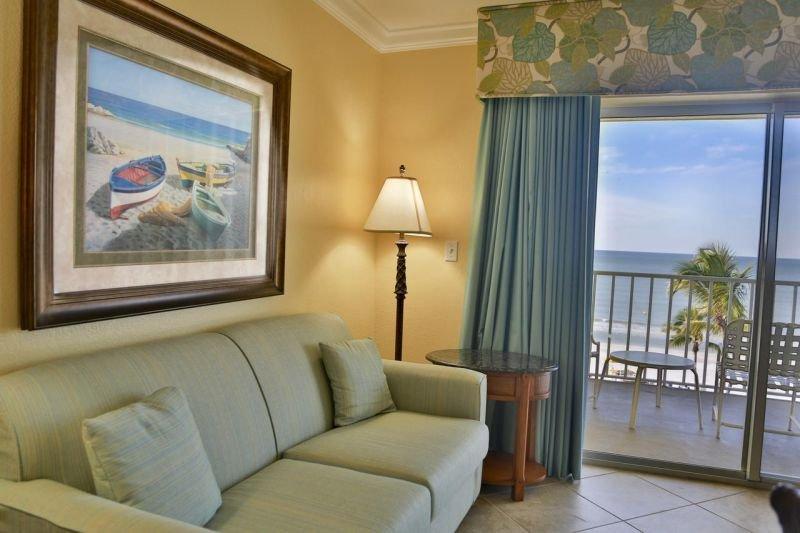 Diese geräumige Suite verfügt über ein bequemes Schlafsofa, einen Fernseher und WLAN und bietet einen atemberaubenden Blick direkt vom Balkon! Können Sie sich mehr wünschen?