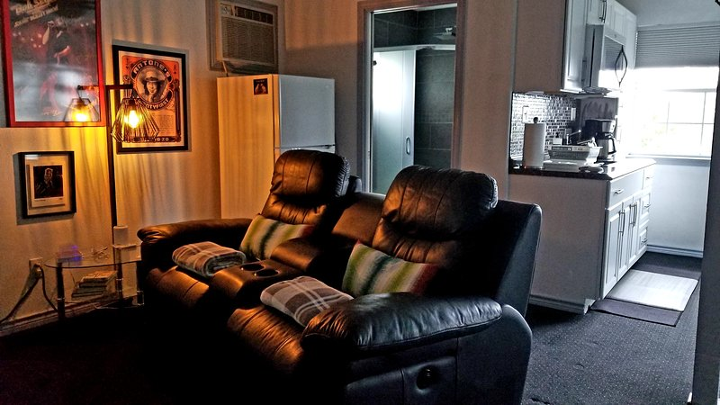 cadeiras reclináveis de couro motorizadas, travesseiros lombares e cobertores confortáveis
