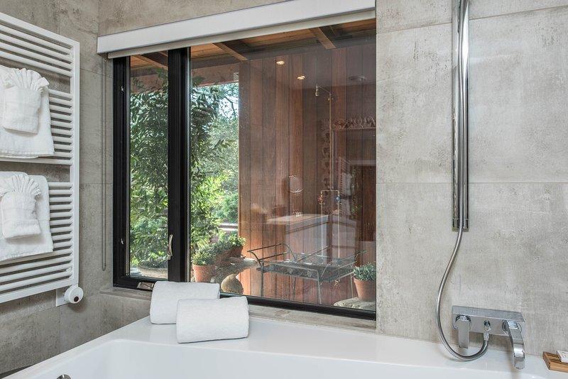 Prendre un bain avec vue sur le plein air.