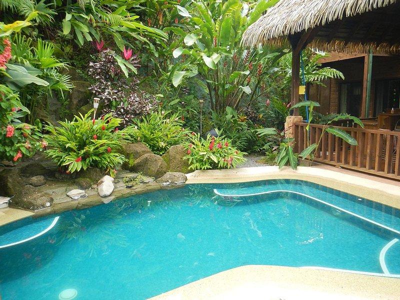 Écoutez les sons de la cascade à proximité tout en vous relaxant dans la piscine de style lagon.