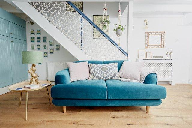 Venez vous détendre sur le canapé en velours moelleux ...