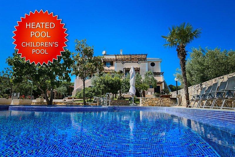 Attractive Apartment - delightful terrace, heated pool, private parking, barbecu, aluguéis de temporada em Nenadici