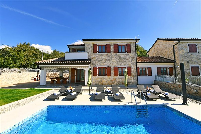Gorgeous stone house - private pool, barbecue area, private yard, terrace sea vi, vacation rental in Malinska