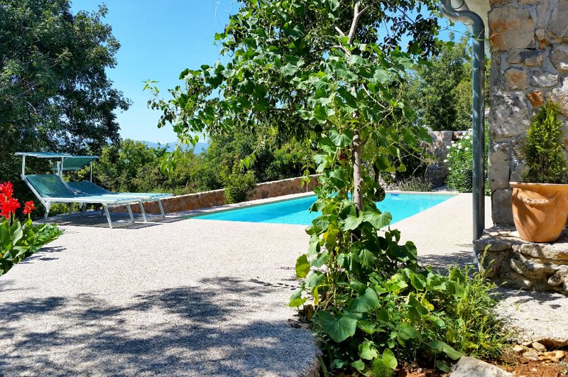 Bajcici Holiday Home Sleeps 4 with Pool Air Con and WiFi - 5717978, vacation rental in Kapovci
