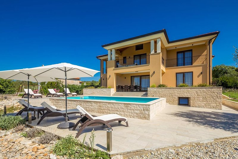 Brusici Holiday Home Sleeps 12 with Pool Air Con and WiFi - 5823088, vacation rental in Kapovci
