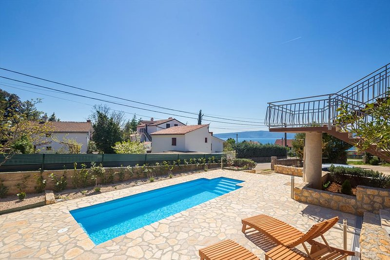 Pinezici Holiday Home Sleeps 6 with Pool Air Con and WiFi - 5823023, holiday rental in Merag