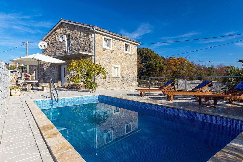 Gorgeous stone house - private pool. mediterranean style, full privacy, green ar, holiday rental in Milohnici