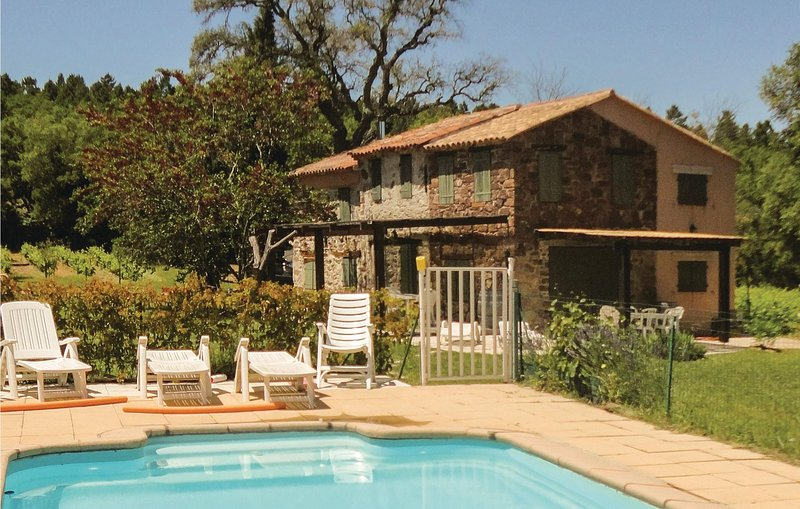 Beautiful home in Gonfaron with WiFi and 4 Bedrooms (FCV718), location de vacances à Gonfaron