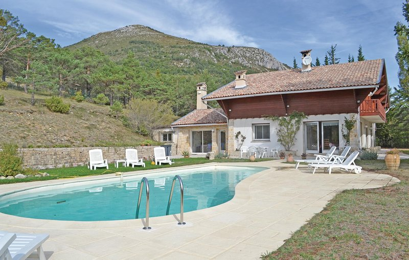 Awesome home in La Bastide w/ Outdoor swimming pool and 5 Bedrooms (FCV732), location de vacances à Caille