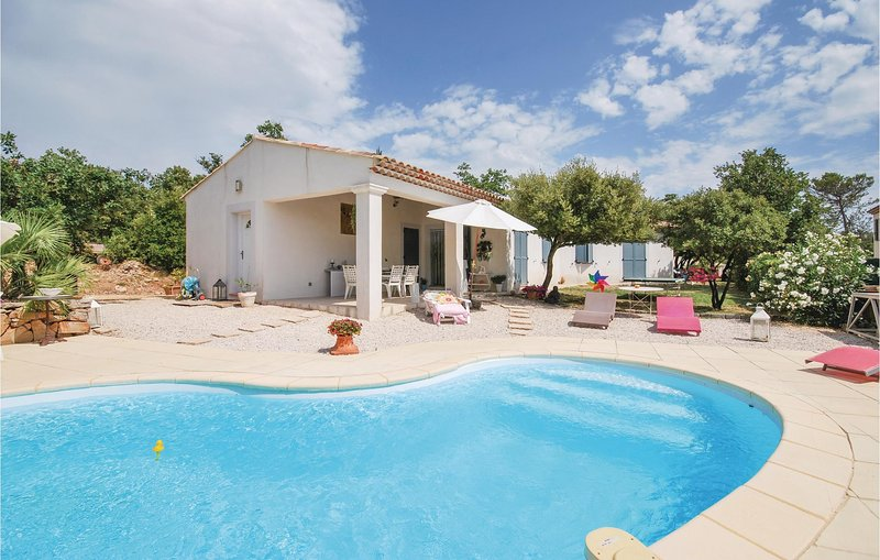 Stunning home in Tourves with WiFi and 3 Bedrooms (FCV825), casa vacanza a Tourves