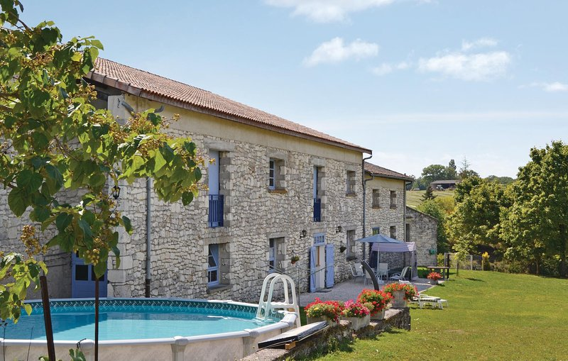Amazing home in Belvèze with WiFi and 2 Bedrooms (FMN007), vacation rental in Courbiac