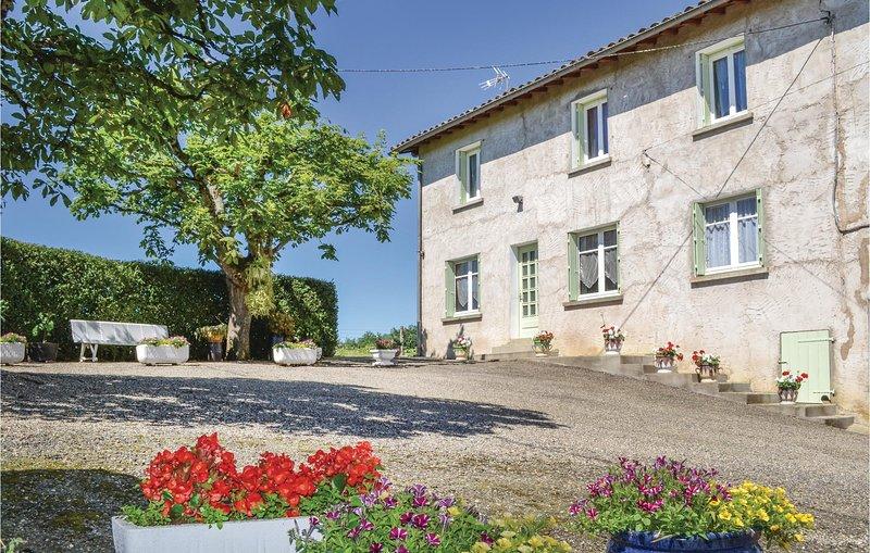Nice home in Durfort Capelette with WiFi and 2 Bedrooms (FMN014), aluguéis de temporada em Cazes-Mondenard