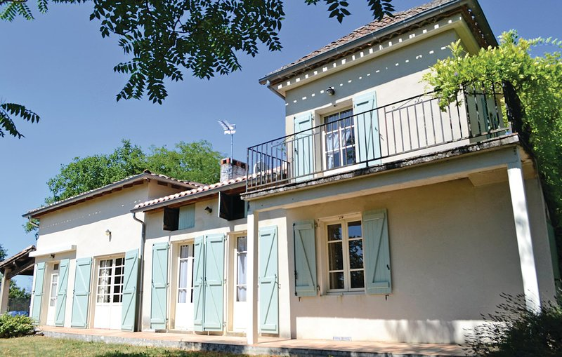 Amazing home in Moissac w/ 6 Bedrooms and WiFi (FMN702), holiday rental in Boudou