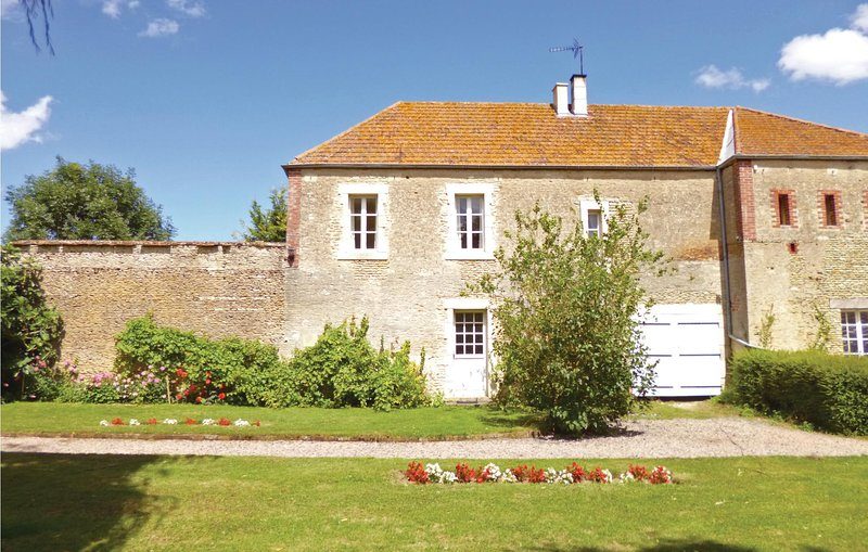 Beautiful home in Chicheboville with WiFi and 4 Bedrooms (FNC021), holiday rental in Ernes
