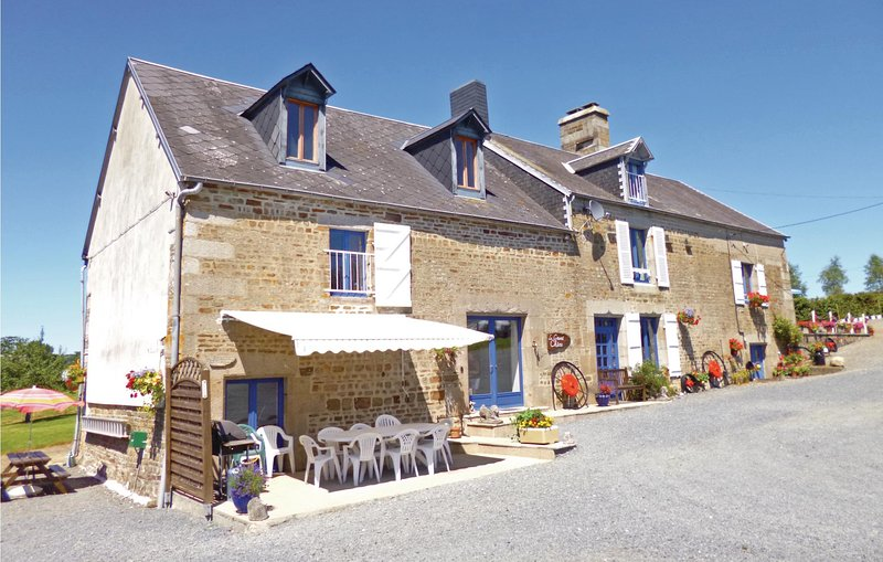 Beautiful home in Beaumesnil with WiFi and 5 Bedrooms (FNC111), holiday rental in Montabot