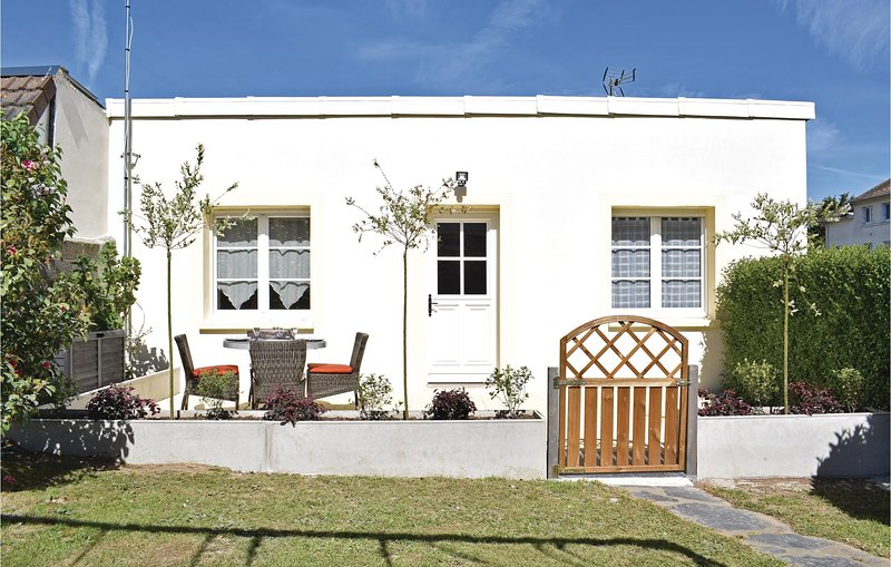 Stunning home in Grandcamp-Maisy with WiFi and 2 Bedrooms (FNC220), holiday rental in Grandcamp-Maisy