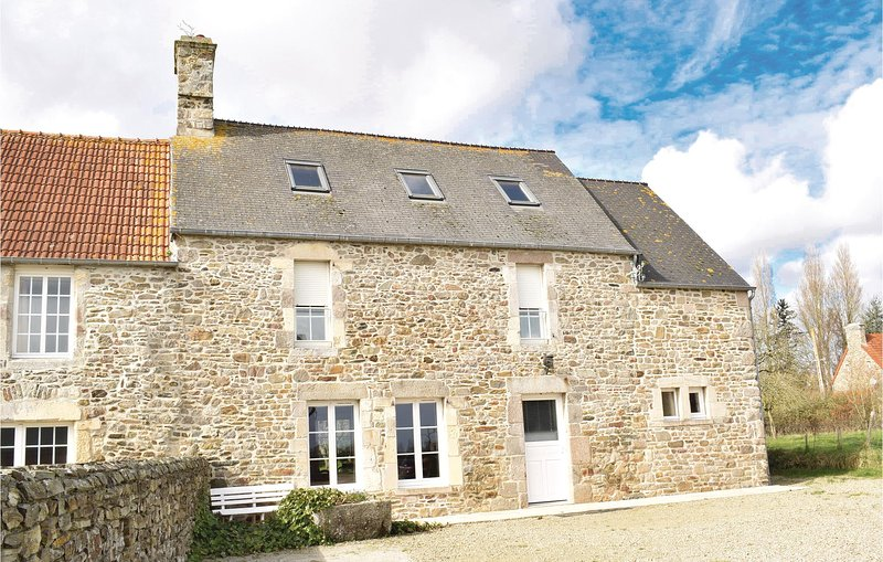 Beautiful home in Quettehou with WiFi and 4 Bedrooms (FNM322), holiday rental in Montaigu-la-Brisette
