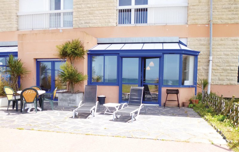Stunning home in Siouville with 2 Bedrooms (FNM383), location de vacances à Grosville