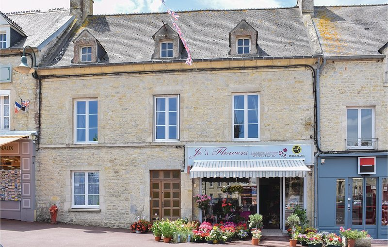 Beautiful home in Sainte-Mère-Eglise with WiFi and 3 Bedrooms (FNM454), holiday rental in Houesville
