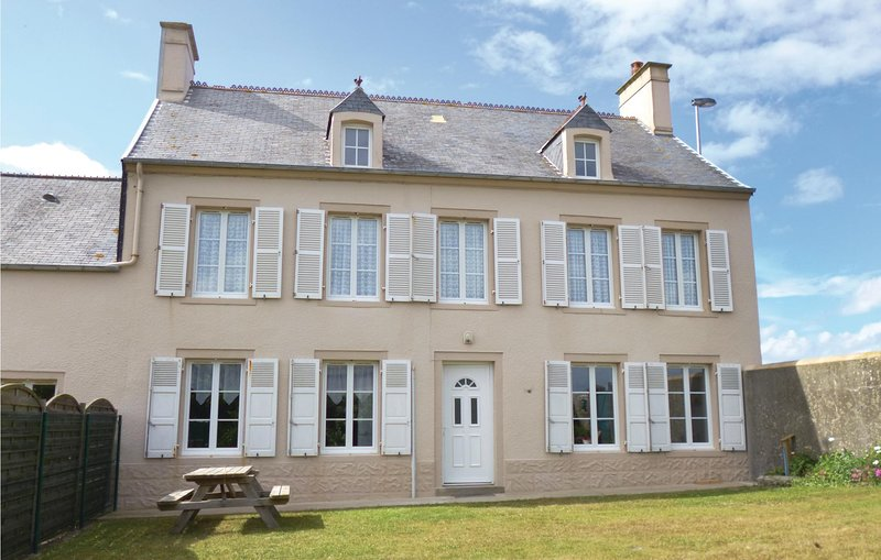 Awesome home in Saint-Marcouf with WiFi and 4 Bedrooms (FNM445), casa vacanza a Saint-Floxel