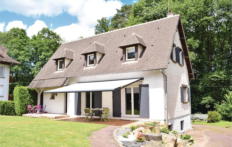 Beautiful home in Bagnoles de l'Orne with WiFi and 4 Bedrooms (FNO029), holiday rental in Le Menil-de-Briouze