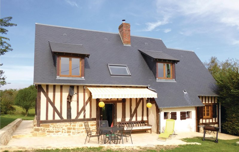 Nice home in Vimoutiers with WiFi and 4 Bedrooms (FNO007), holiday rental in Silly en Gouffern