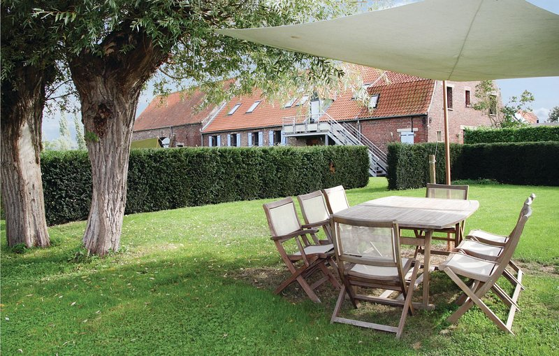 Beautiful home in Arques with WiFi and 3 Bedrooms (FNP002), aluguéis de temporada em Wizernes