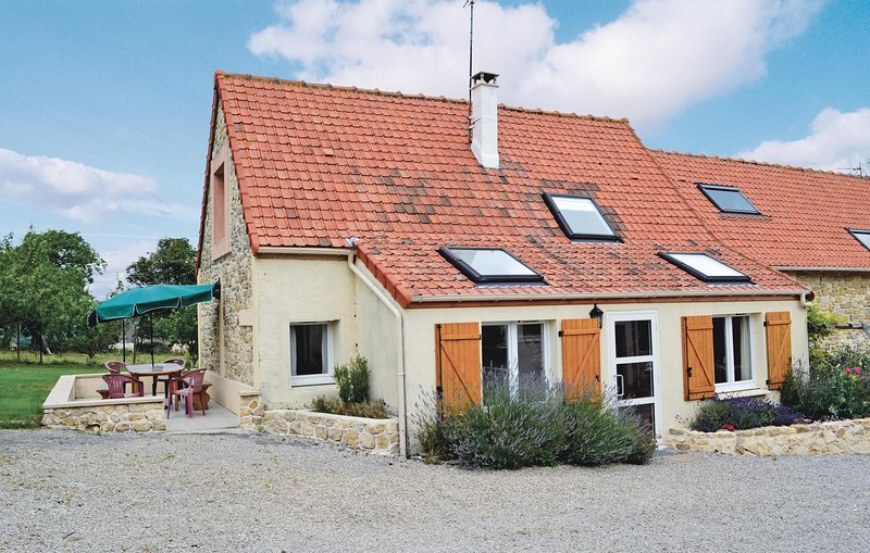 Nice home in Echinghen with WiFi and 3 Bedrooms (FNP058), casa vacanza a Belle-et-Houllefort