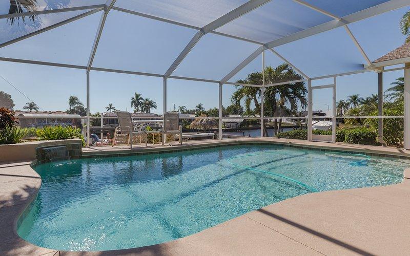 The Coral Dream House: Séjour au bord de l'eau de luxe pour 10 personnes - piscine d'eau de mer, barbecue, emplacement, 3B / 2Ba + Den
