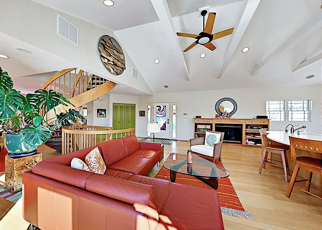 Striking West End Home w/ Views, Solarium & Epic Rooftop Deck, location de vacances à Provincetown