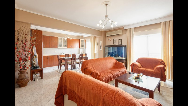 Third floor apartment with nice view, holiday rental in Menemeni