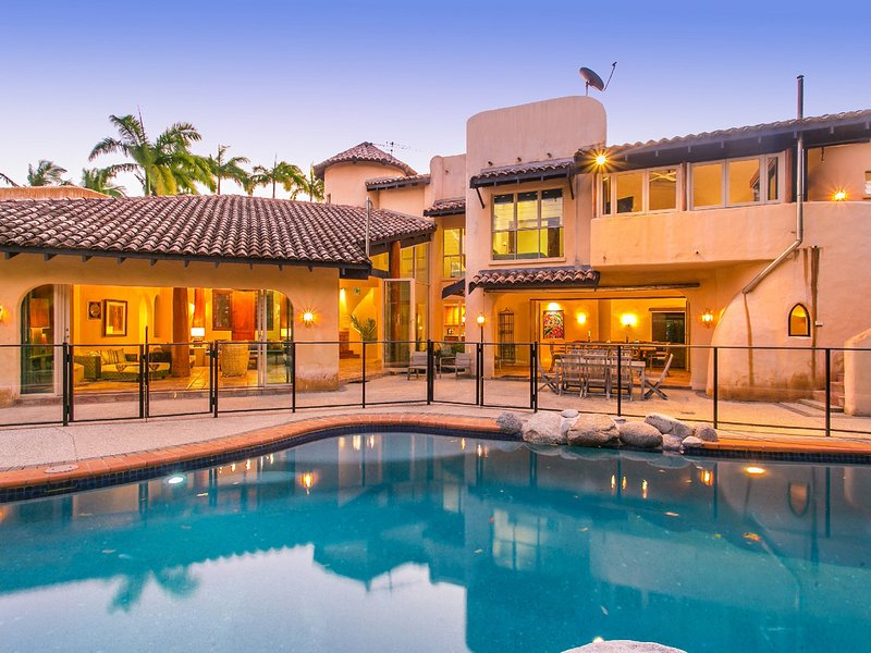La Casa Mirasol - 6 Bedroom Beachfront House, vacation rental in Port Douglas