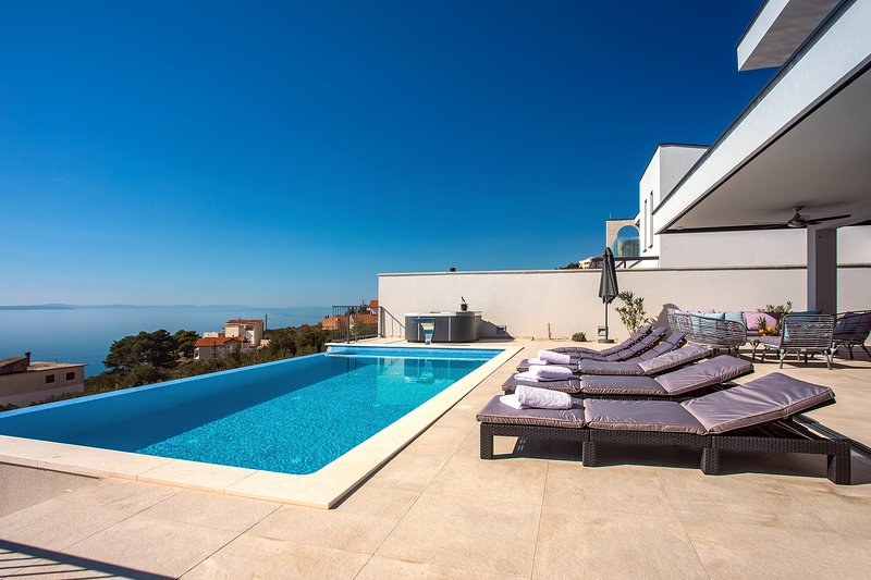 Villa Nano with 4 bedrooms, jacuzzi, heated pool, seaviews, beach 850m, vakantiewoning in Jesenice