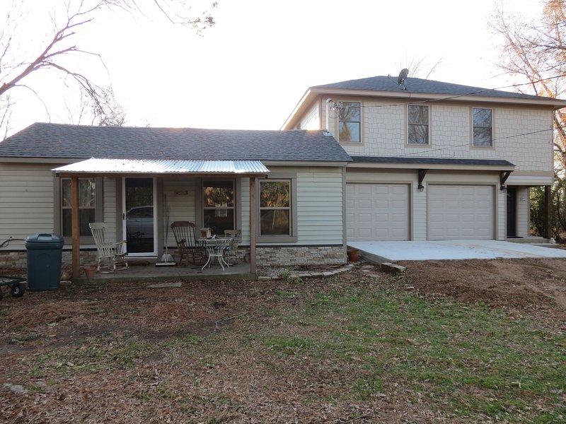 La mamma viveva nel cottage a sinistra. Appartamento garage sulla destra