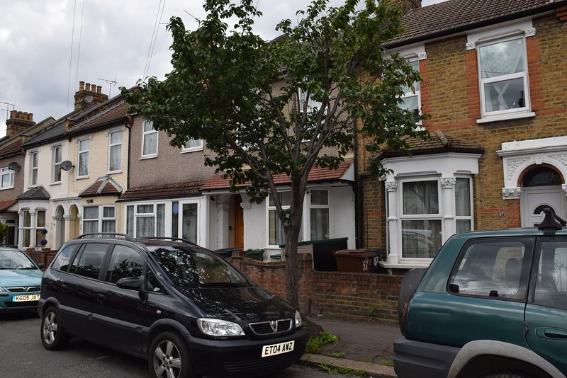 3 Bedroom House,2 Bathrooms,10 min. walk tube, 20 min. by tube to City centre, casa vacanza a Chingford