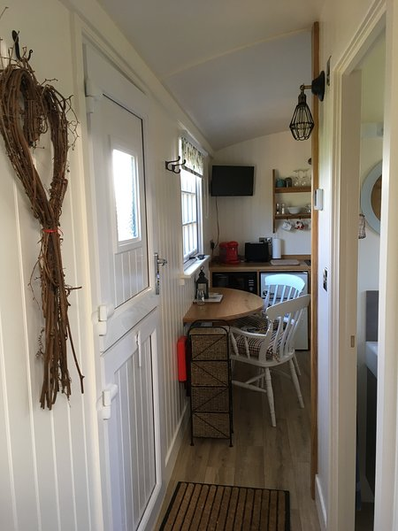 DELUXE SHEPHERDS HUT, holiday rental in Horton
