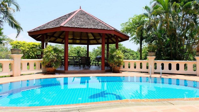 Luxury Thai Mediterranean Villa, 3200m², Garden, Pool, Live-in Maid, Breakfast, alquiler de vacaciones en Lamphun