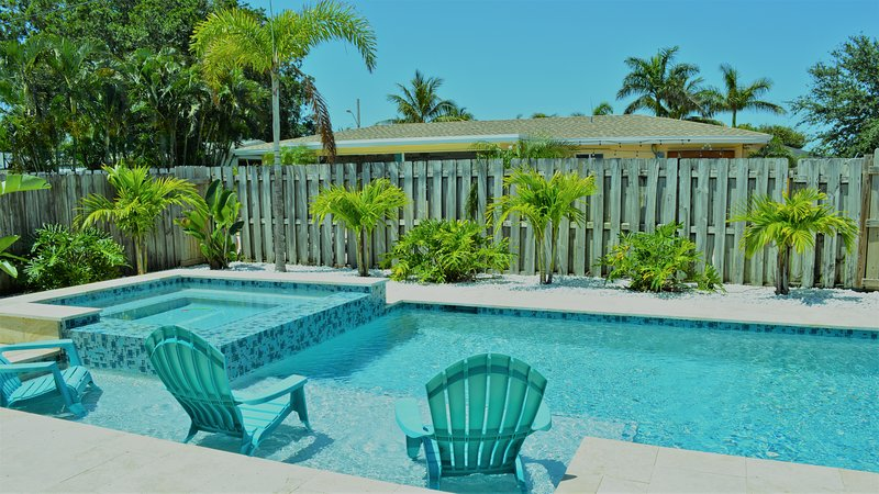 TROPICAL RESORT LIKE HOME. CLOSE TO BEACH. PRIVATE HEATED SALT POOL/HOT-TUB, alquiler vacacional en Boca Ratón