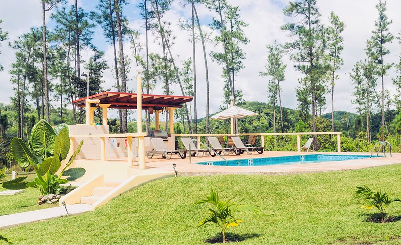 Peaceful Villa in Mountain Pine Ridge with A/C & Pool, holiday rental in Cayo