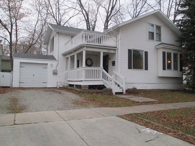 Charming Historic Upper with Deck close to Lambeau, Fox River, Bay Beach & More!, holiday rental in Luxemburg