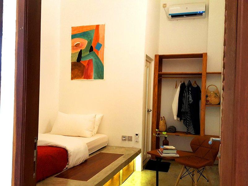 Comfortabele eenpersoonskamer met eigen badkamer, airconditioning, kabel-tv, snelle WiFi, laptoptafel en -stoel, latex bed.