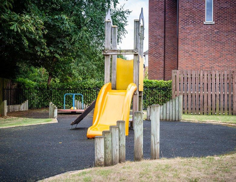 Se você tem filhos, há uma área privada de jogo seguro e fechado apenas fora da torre.