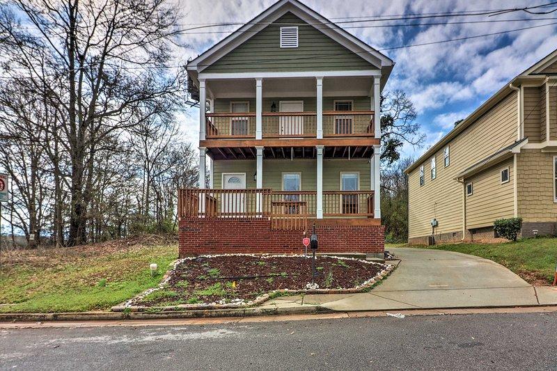 Relájate en esta acogedora casa de alquiler de 3 dormitorios y 2 baños en Atlanta.