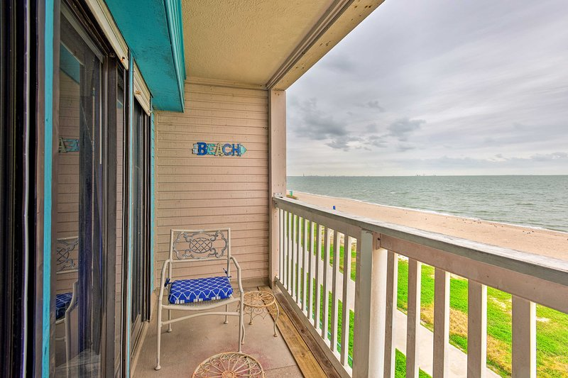 Waterfront Corpus Christi Condo w/Pool Access, holiday rental in Robstown