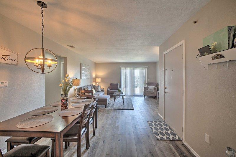 O condomínio oferece mais de 1.100 pés quadrados de espaço bem equipado.