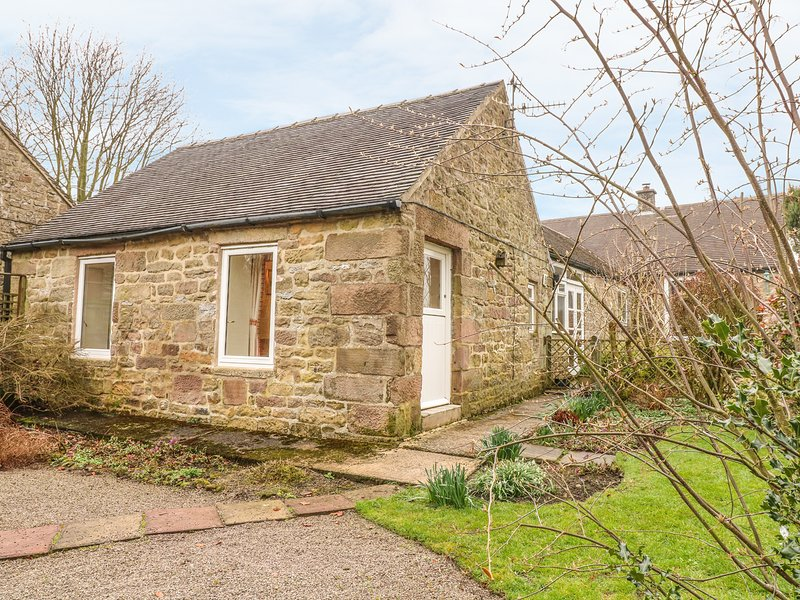 BARN CROFT COTTAGE, pet friendly, character holiday cottage, with a garden in, holiday rental in Winster