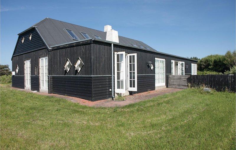 Awesome home in Hjørring w/ 5 Bedrooms, location de vacances à Skallerup Klit