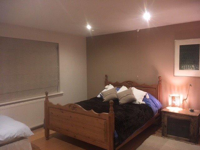 Habitación triple con cama matrimonial y cama individual. Cuarto de baño compartido